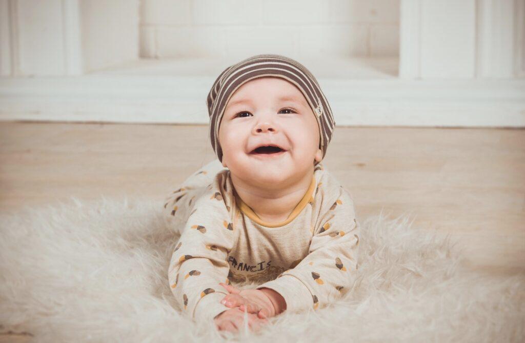 Hvornår kan baby holde hovedet selv?